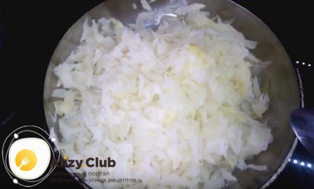 выкладываем капусту на разогретую сковороду с растительным маслом и тушим до мягкости.
