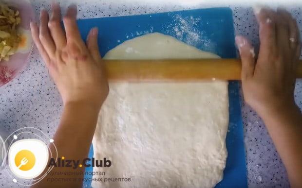 Тесто раскатываем в прямоугольный пласт.
