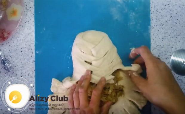Вот так красиво можно оформить постный капустный пирог, заворачивая тесто косичкой.