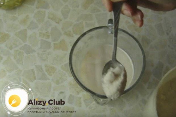 В дрожжевую массу добавляем соль.