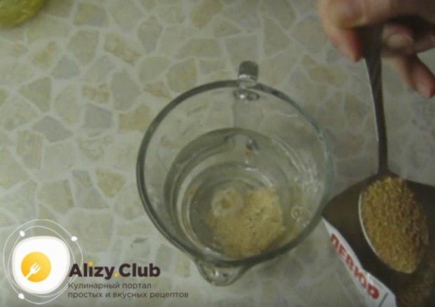Распускаем в теплой воде дрожжи и добавляем сахар.