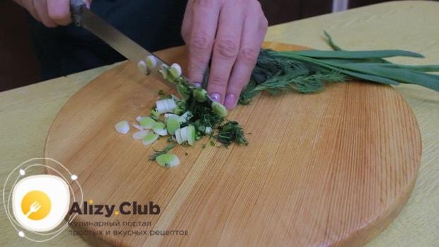 Для приготовления постного пирога со шпинатом нарежьте зелень