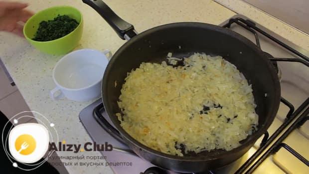 Для приготовления постного пирога со шпинатом обжарьте лук