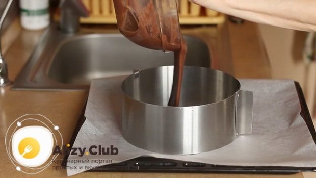 По рецепту для приготовления постного торта в домашних условиях. выложите тесто для коржа