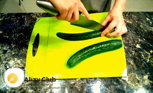 Для приготовления крабового салата с китайской капустой нарежьте огурцы