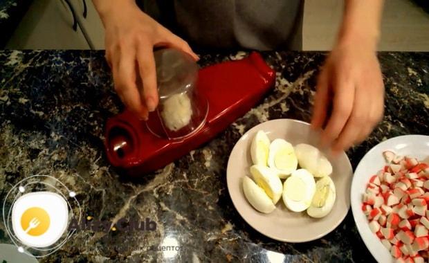 Для приготовления крабового салата с китайской капустой измельчите яйца
