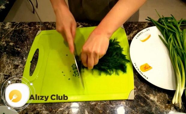 Для приготовления крабового салата с китайской капустой нарежьте зелень