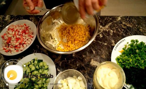 Для приготовления крабового салата с китайской капустой добавьте кукурузу
