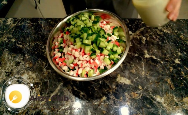 Для приготовления крабового салата с китайской капустой смешайте ингредиенты