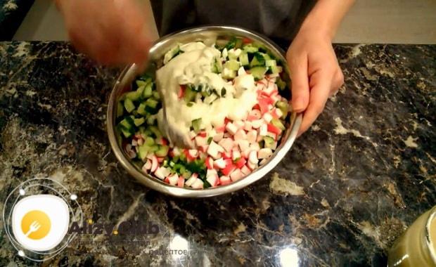 Для приготовления крабового салата с китайской капустой добавьте соус