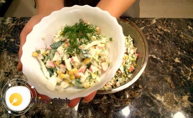 Для приготовления крабового салата с китайской капустой подготовьте ингредиенты