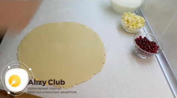Охлажденное тесто раскатываем в круглый пласт