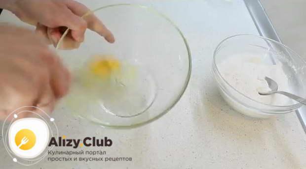 В другую, более объемную, миску разбиваем 1 яйцо