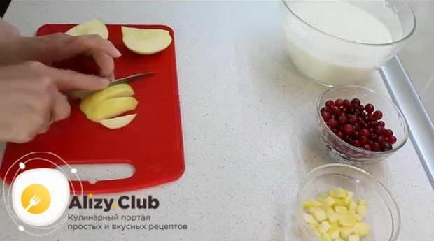 Яблоко весом 150-200 г освобождаем от сердцевины
