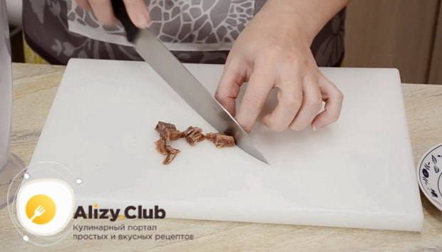 Для приготовления соуса для салата цезарь с креветками нарежьте анчоусы