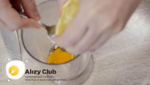 Для приготовления соуса для салата цезарь с креветками вылейте лимонный сок