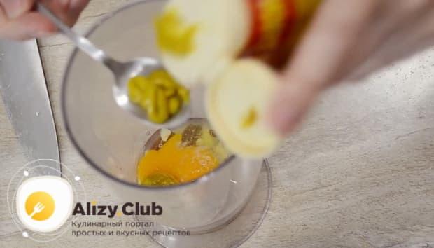 Для приготовления соуса для салата цезарь с креветками добавьте горчицу