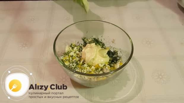 Приготовьте салат из консервированных кальмаров