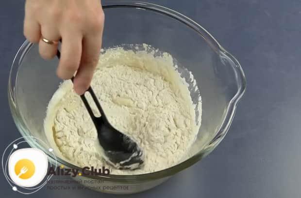 Для приготовления медового пирога по рецепту в духовке, добавьте муку