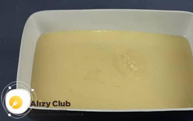 Для приготовления медового пирога по рецепту в духовке, подготовьте форму