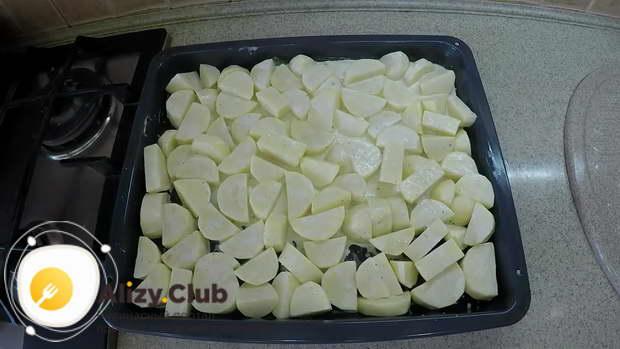 Разравниваем картофель по всей поверхности