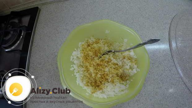 Полстакана риса заранее отвариваем в подсоленной воде до готовности
