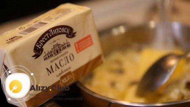 По рецепту, для приготовления пшенной каши на молоке, добавьте масло
