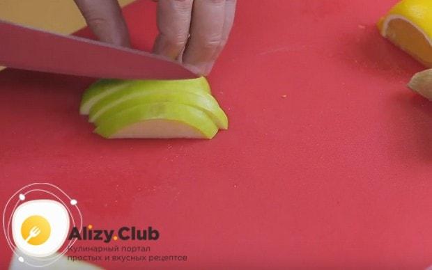 Нарезаем также тонкими ломтиками яблоко и добавляем в пунш.