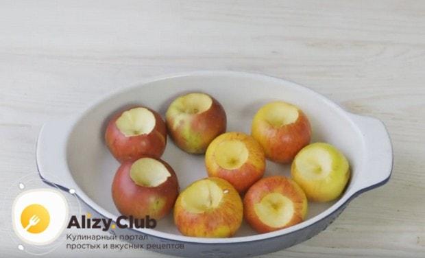 Складываем яблоки в форму для запекания.