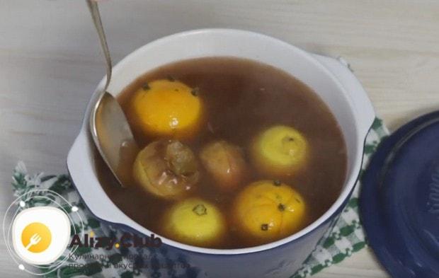 В горячий фруктовый пунш кладем печеные яблоки.