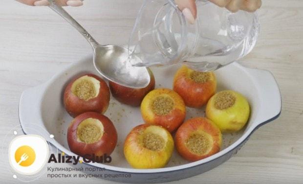 Наливаем в форму немного воды и отправляем яблоки в духовку.
