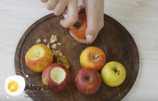 Яблоки моем и очищаем от семян и плодоножки.
