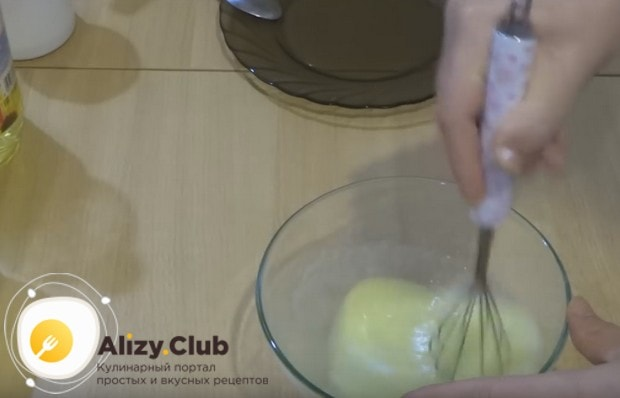 Хорошо перемешиваем яйца с сахаром и растительным маслом.