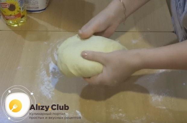 Тесто должно получиться нежным и мягким, даже слегка прилипать к рукам.