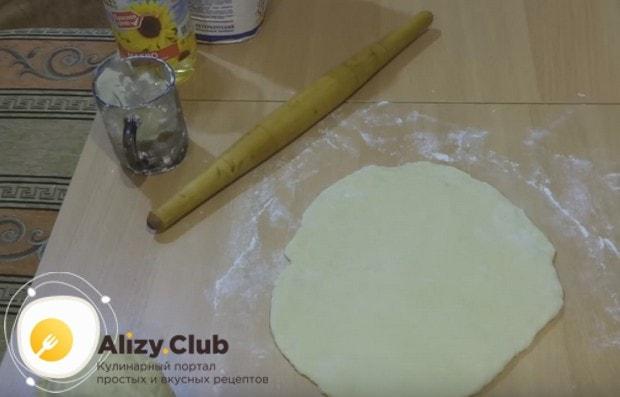 Раскатываем тесто довольно-таки толстым слоем.