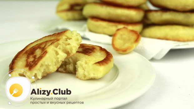 Кушайте оладьи горячими с холодной сметаной, медом или вареньем