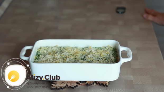 Вынимаете из духовки, посыпаете 2-3 ст. л. натертого сыра