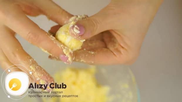 Подготовьте ингредиенты для приготовления рафаэлло из крабовых палочек и плавленного сыра