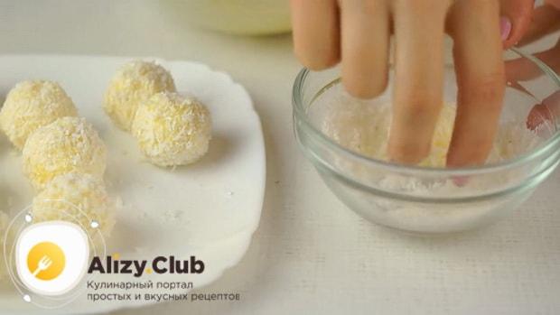 Приготовьте кокосовую стружку для приготовления рафаэлло из крабовых палочек и плавленного сыра