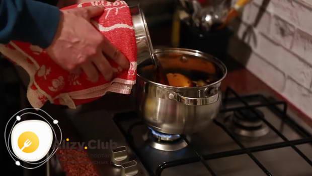 Заварившийся чай выливаем в кастрюлю с вином