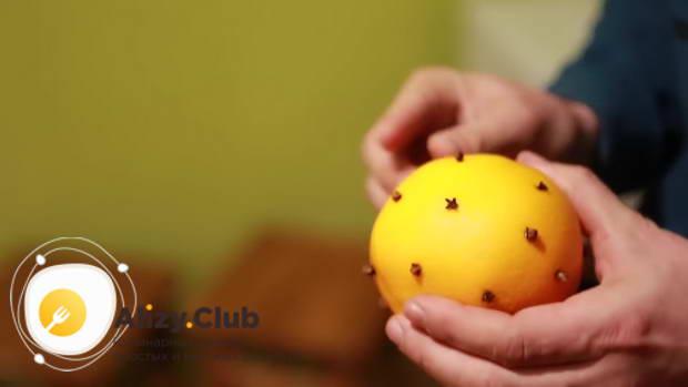 В помытый предварительно апельсин втыкаем 10-15 гвоздик