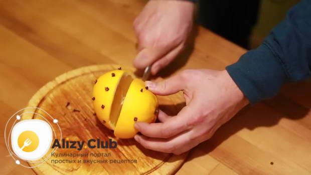Разрезаем апельсин поперек напополам