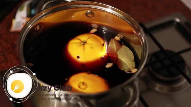 Опускаем апельсин в кастрюлю с вином