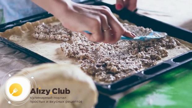 Для приготовления пахлавы в домашних условиях выложите начинку на тесто