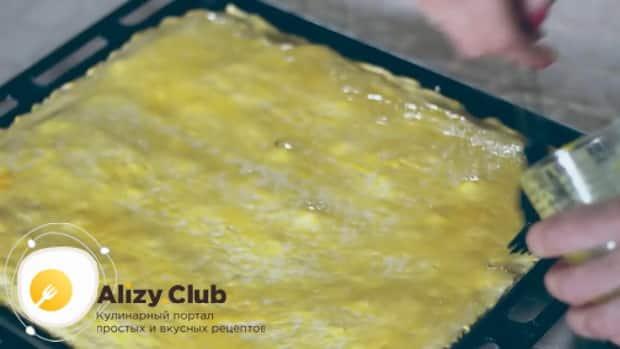 Для приготовления пахлавы в домашних условиях смажьте тесто яйцом