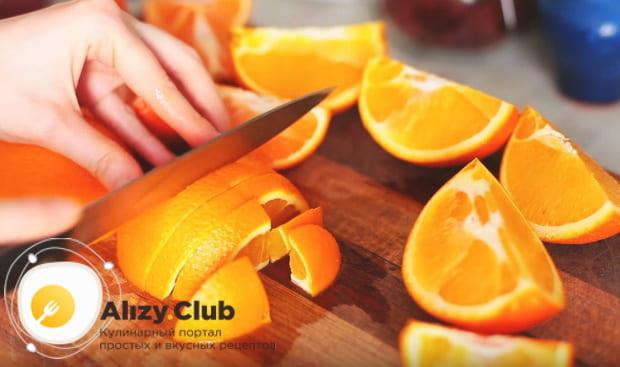 апельсин нарезаем небольшими дольками