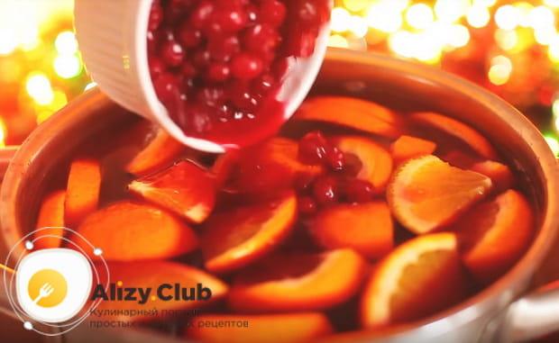 добавляем стакан клюквенных ягод