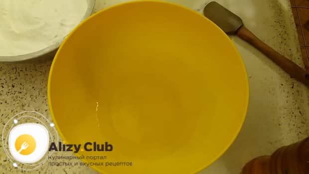 Для приготовления бездрожжевого теста для пирожков в духовке, по рецепту добавьте в воду соль
