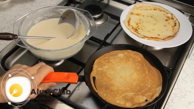 По рецепту для приготовления блинов на сливках, обжарьте тесто