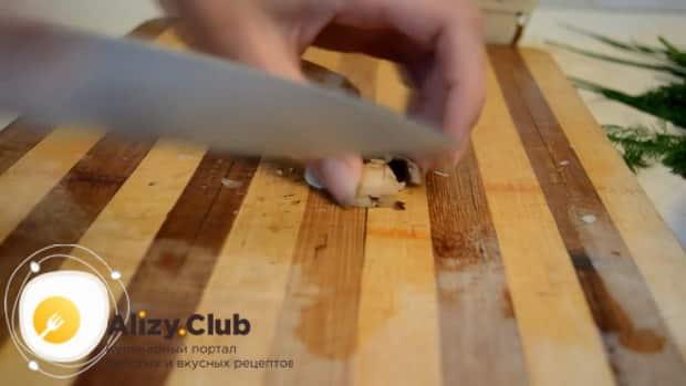 Для приготовления блинов с курицей и грибами нарежьте ингредиенты для начинки